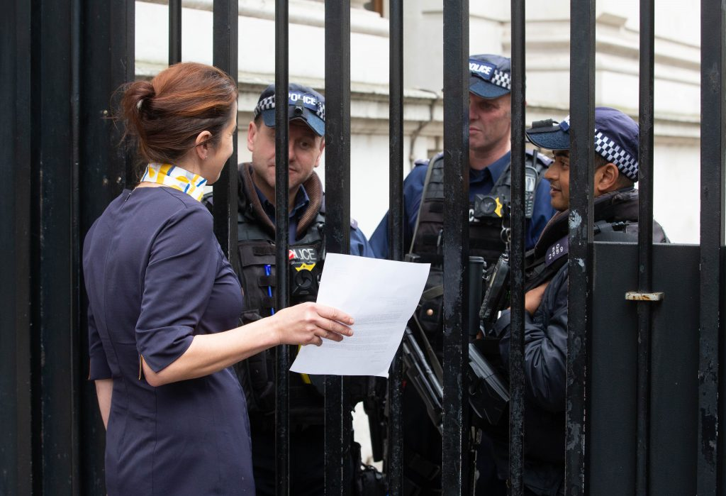 Rachel tries to deliver a letter to the Prime Minister, Boris Johnson.